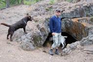 Martin o hundarna vid en rövargrotta