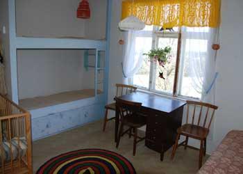 Sovrummet på ovanvåningen från en annan vinkel