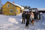 Martin, Jenni, Katharina och hundarna framför huset